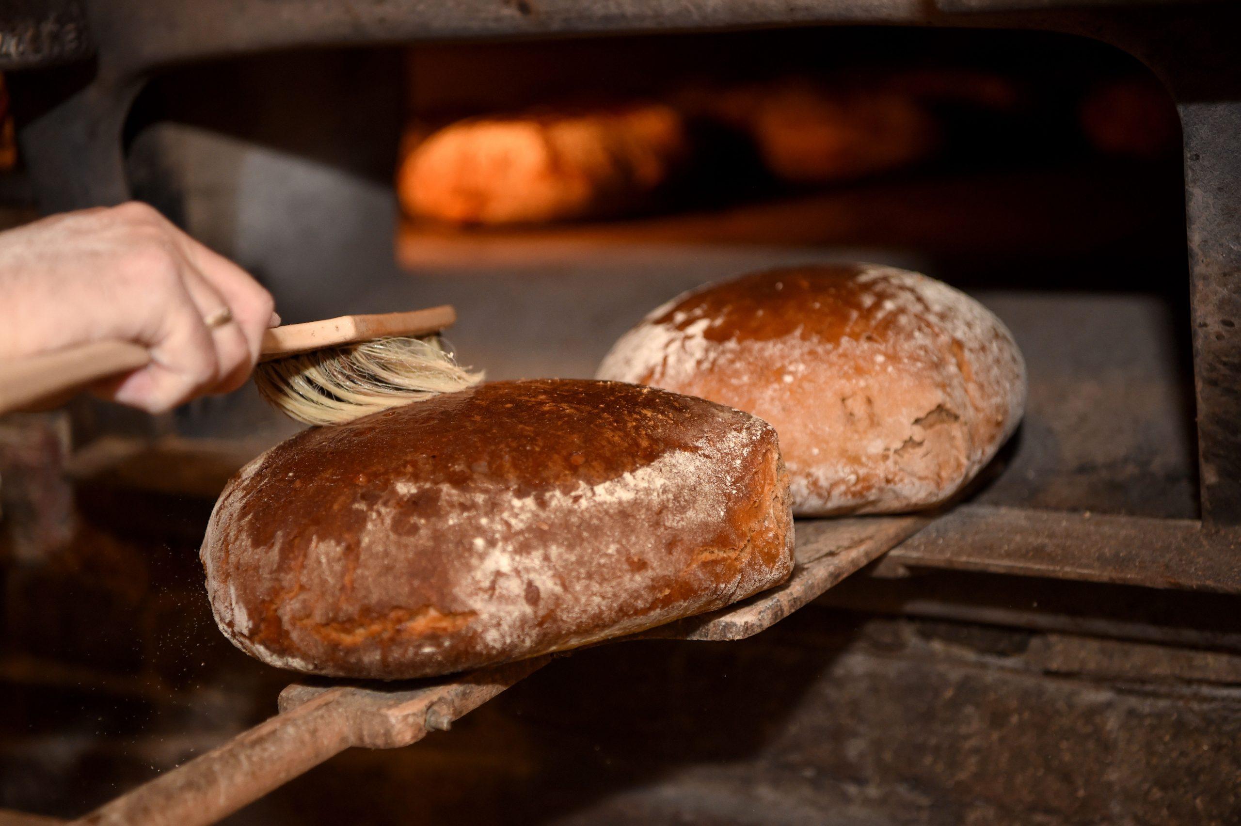 Brot wird nach dem Backen mit Wasser bestrichen