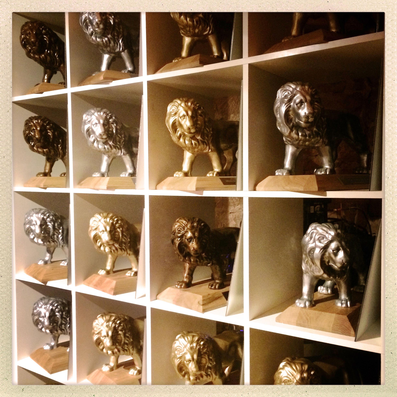 Goldene, silberne und bronzene Löwen als Preise für die Gewinner des Produktwettbewerbs Der Goldene Qualileo stehen in Regalfächern