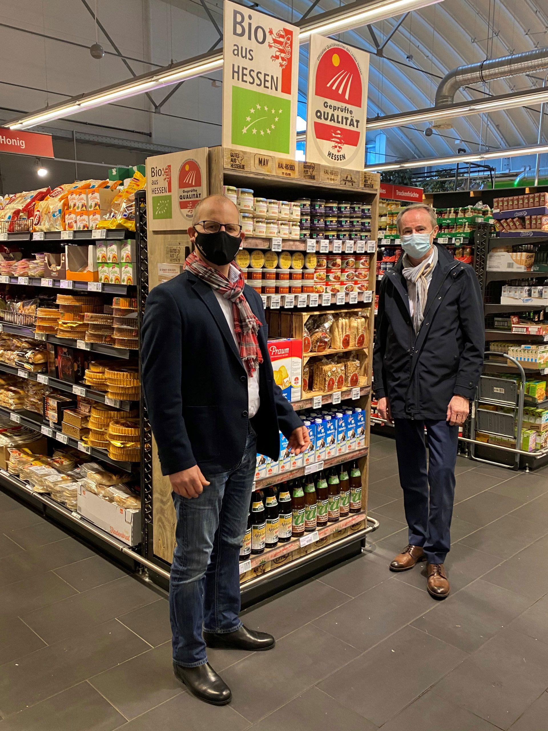 Neues Regal gefüllt mit Produkten, die die Siegel Bio aus Hessen und Geprüfte Qualität - Hessen tragen im Rewe Center Bad Nauheim